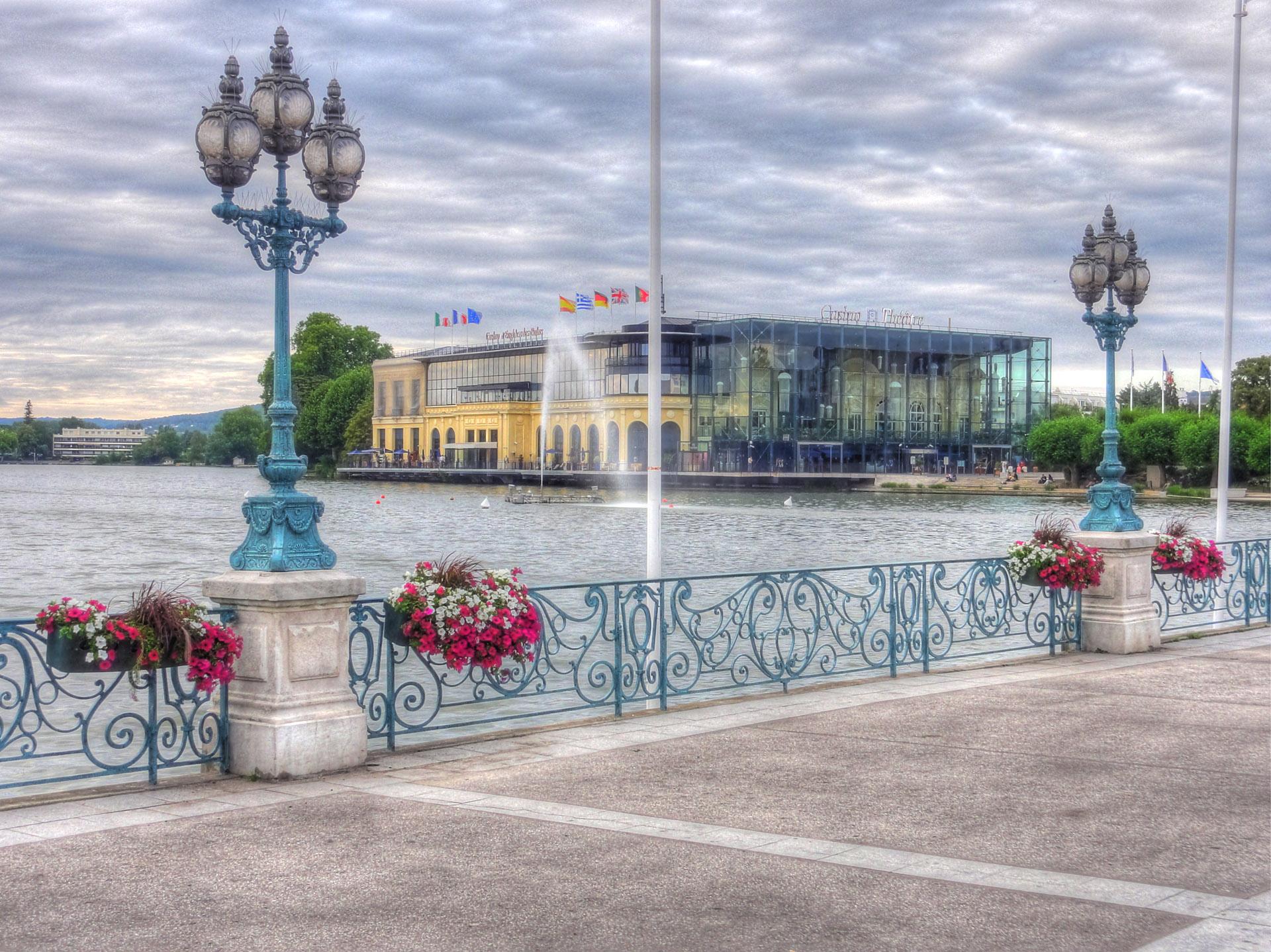 Enghien-les-Bains_-_Jetée_du_lac_et_casino_HDR_01